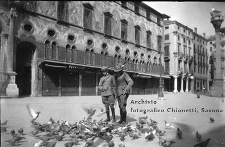 ufficiali in Piazza dei Signori, Grande Guerra. Articolo Bombe su Vicenza.