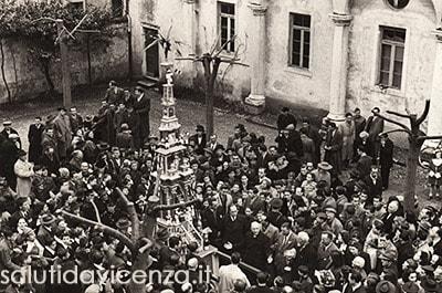 La Ruetta nel cortile dell'Istituto Salvi. Rievocazione storica Rua di Vicenza, 1949.