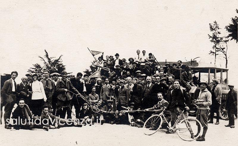 Foto ricordo del Gruppo CAI, montagna Vicentina.