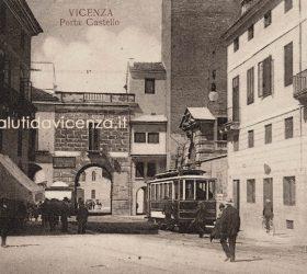 Cartolina d'epoca di Porta Castello fotografata dalla piazza interna.