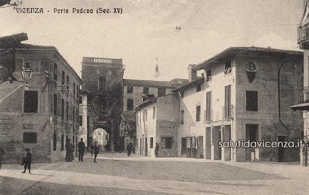 Porta Padova in una cartolina d'epoca.