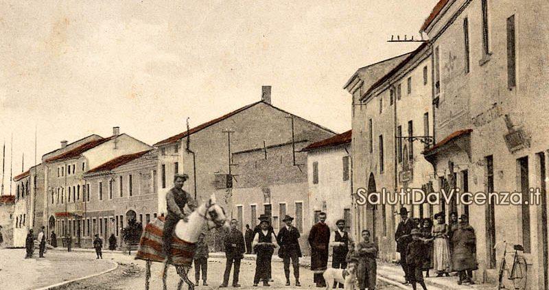 Cartolina d'epoca del comune di Sossano. Saluti dalla via Maggiore.
