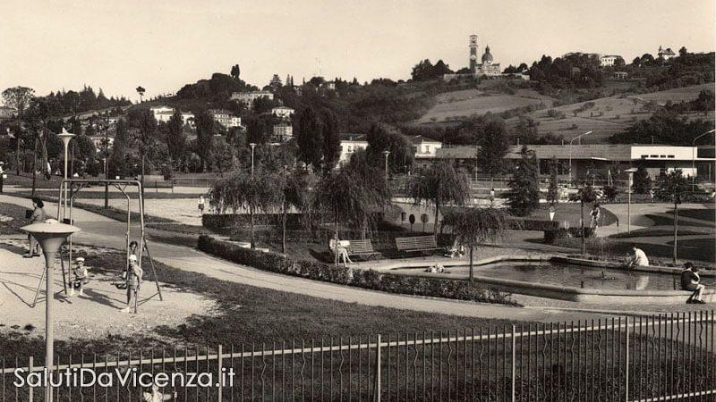 Dettaglio del parco giochi in Campo Marzo. Sul fondo: stazione delle corriere e Monte Berico con il Santuario.