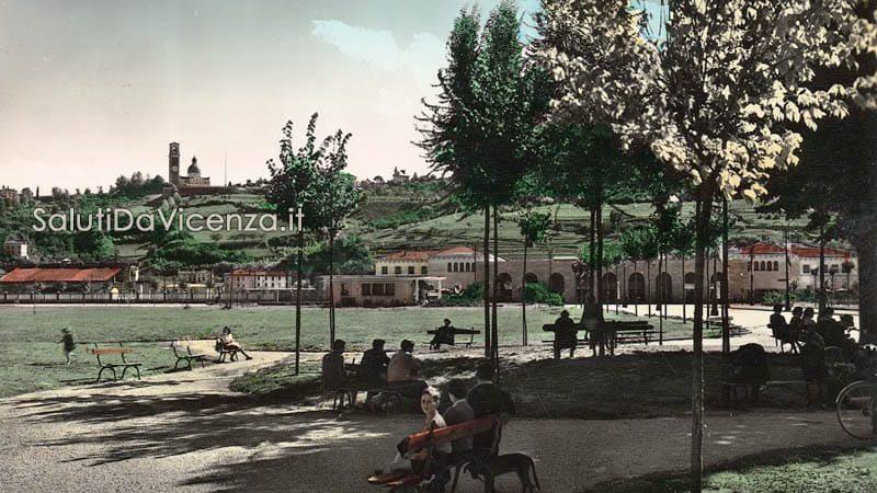 Relax sulle panchine di Campo Marzo, prato in direzione alla stazione dei treni.