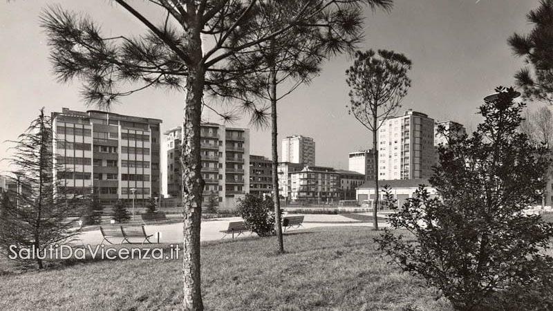interno del parco giochi di Campo Marzo con i palazzi di Viale Milano sullo sfondo.