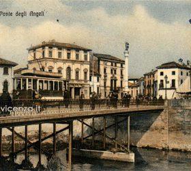 Arrivo del tram sul Ponte degli Angeli. Cartolina postale del primo Novecento, Vicenza.