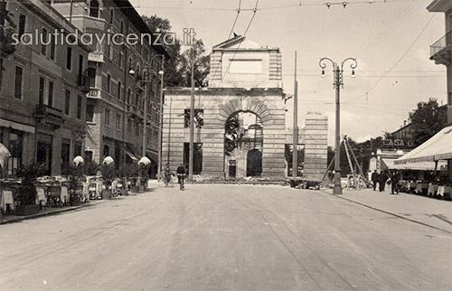 Arco del Revese o di Campo Marzo fotografato da Viale Roma, stazione ferroviaria, Vicenza