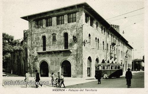 Il palazzo del Territorio di Vicenza in una cartolina d'epoca