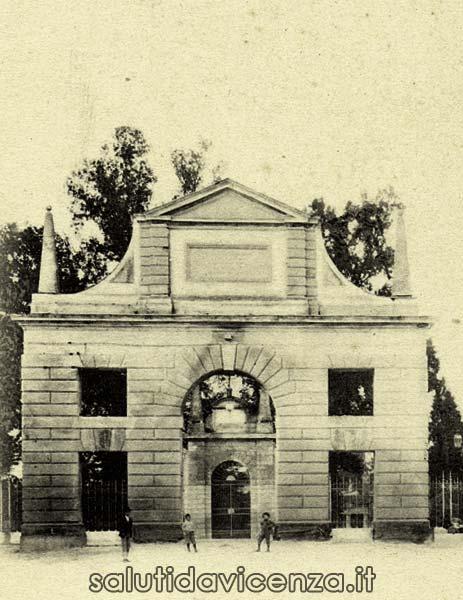 L'arco del Revese in primo piano e l'ingresso al Giardino Salvi sullo sfondo.
