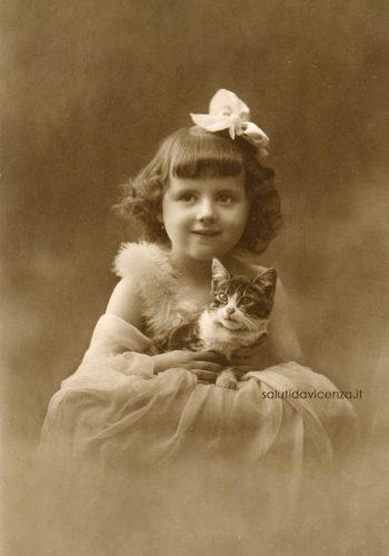 Antica foto ritratto stampata su cartolina postale di bambina con gatto