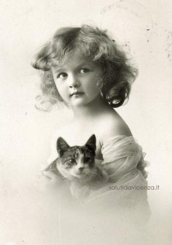 Cartolina postale e foto ritratto di bambina con gatto