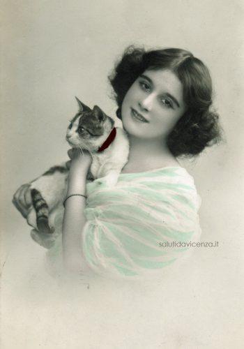 Giovane donna con gatto. Foto cartolina del primo Novecento