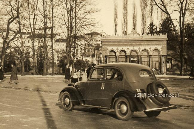 Auto d'epoca FIAT sfreccia davanti al Caffè Moresco