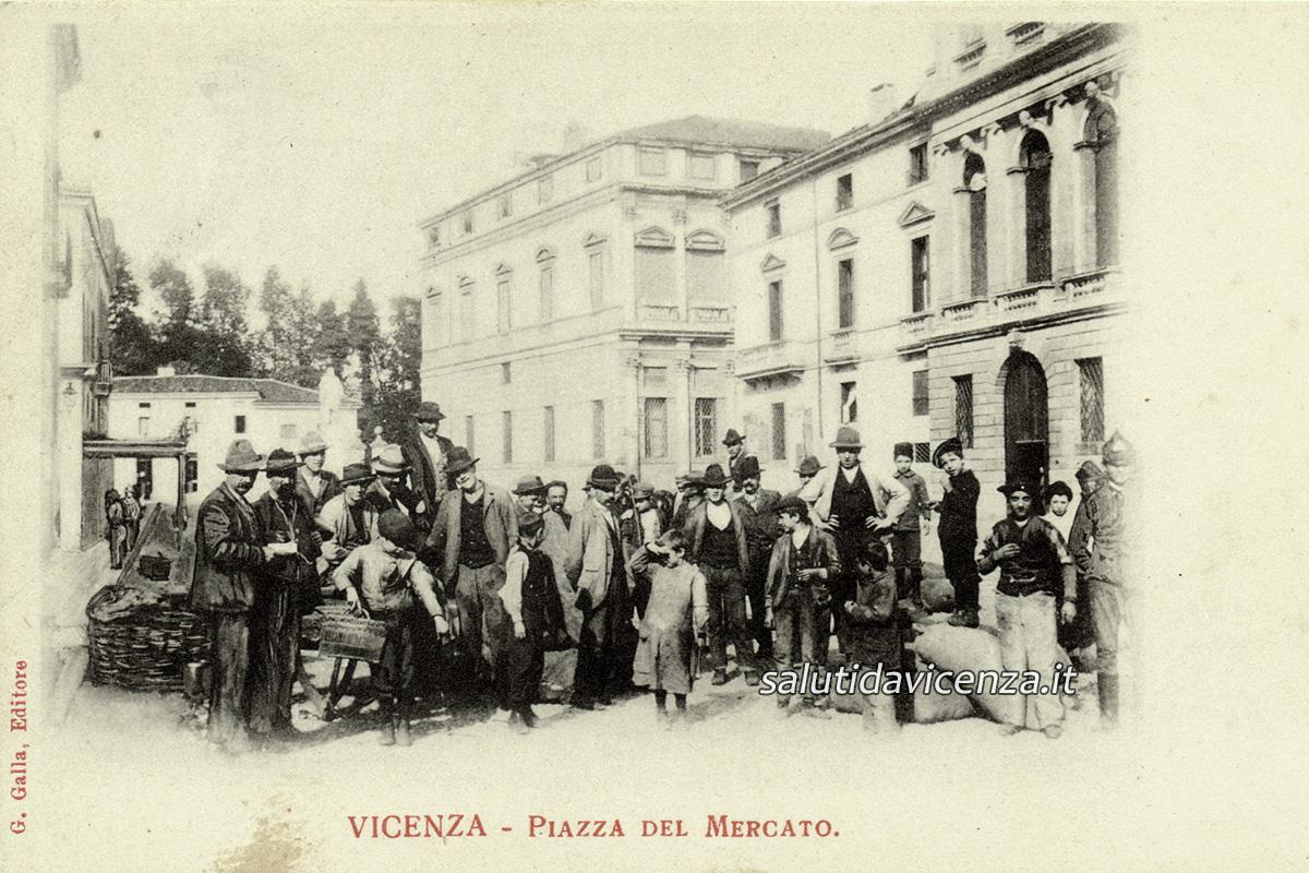 Folla gremita per il mercato in Piazza Castello