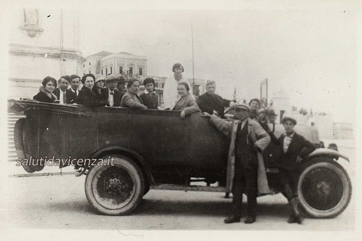 Primo servizio taxi a motore (1920)