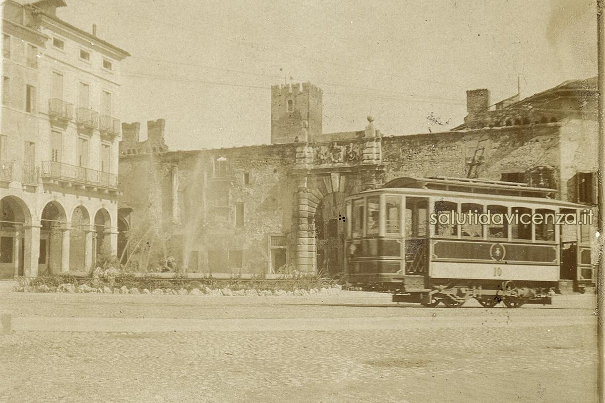 L'arrivo del tram in Piazza Matteotti (1910 circa)