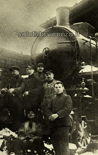 Ferrovieri in posa per una foto ricordo alla stazione dei treni di Vicenza