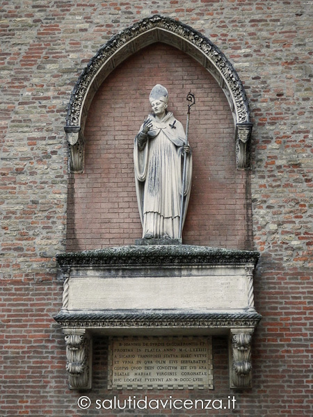 Monumento al vescovo De Surdis Cacciafronte al Duomo di Vicenza