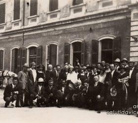 Gruppo in posa di fronte alla vecchia stazione dei treni di Vicenza